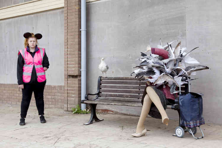 Une employée du parc estropiée avec une sculpture de Banksy.