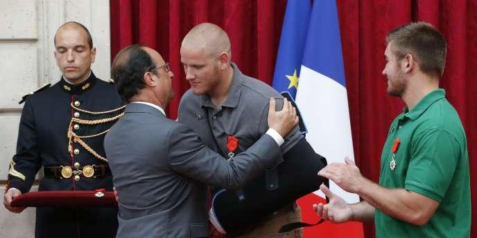 François Hollande a décoré trois Américains et un Britannique qui ont maîtrisé Ayoub El-Khazzani dans le Thalys Amsterdam-Paris, le 21 août.