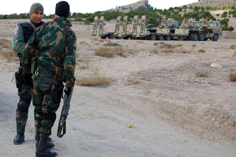 Des membres des forces spéciales tunisiennes patrouillent dans la région de Kasserine, près de la frontière algérienne.