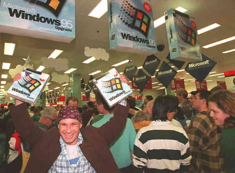 L'un des premiers acheteurs de Windows 95 en Australie à la sortie du magasin, le 24août à minuit.