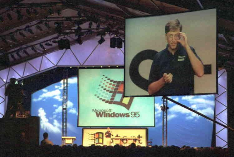 24 août 1995 : Bill Gates présente le tout nouveau système d'exploitation de Microsoft. Windows 95 s'imposera rapidement comme le plus populaire des logiciels de l'entreprise – et deviendra une icône des années 1990.