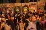 Des manifestants, devant le mur érigé par les autorités pour protéger le siège du gouvernement, à Beyrouth, lundi 24août.