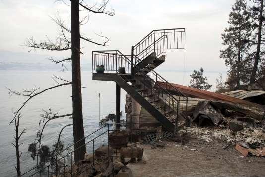 Les restes d'une maison calcinée sur les bords du Lake Chelan, lundi 24 août. REUTERS/David Ryder