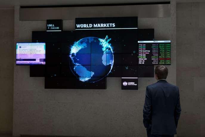 Des informations sur les marchés financiers à Londres, le 25 août 2015.
