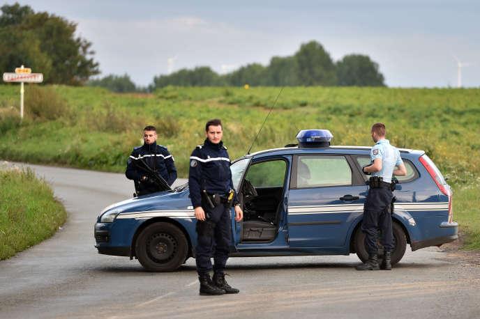 Des gendarmes bloquent l'accès au camp de gens du voyage où a eu lieu la fusillade, mardi 25 août.