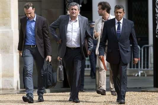 Le président de la FNSEA, Xavier Beulin (à droite) et le président des jeunes agriculteurs, Thomas Diemer (à gauche), arrivent à l'Elysée le 24 août.