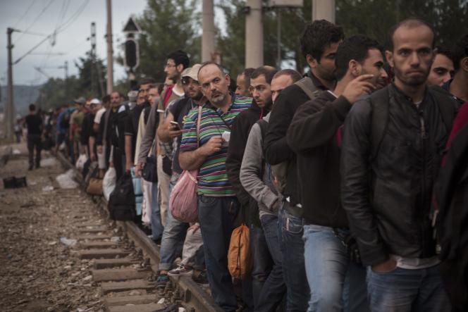 A Idomeni, en Grèce, des migrants venus de Syrie attendent de pouvoir passer en Macédoine.