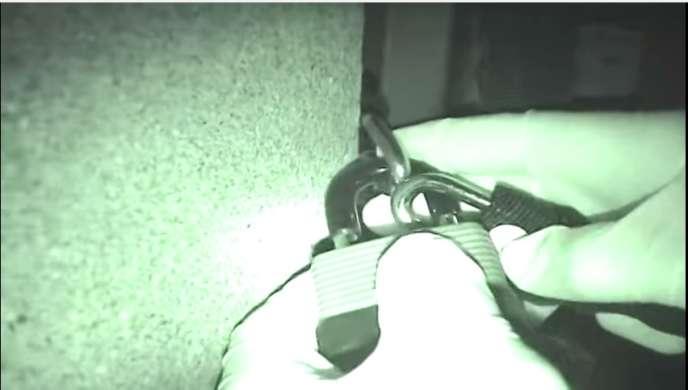 Pose d'un cadenas dans une vidéo postée en novembre 2014 par
