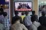 Des voyageurs regardent à la télévision un sujet sur les pourparlers militaires entre les deux Corées le 25 août 2015 dans une gare de Séoul en Corée du Sud.