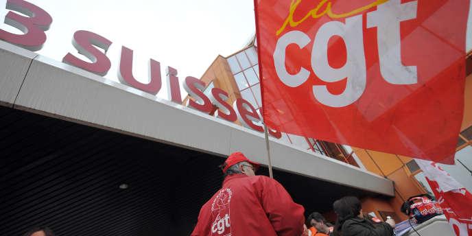 Devant l'ancien siège des 3 Suisses à Croix (Nord-Pas-de-Calais), en 2009.