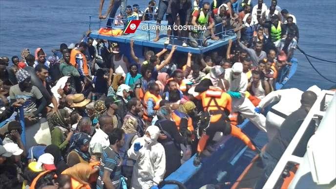 Image extraite d'une opération de sauvetage des gardes-côtes italiens (Guardia Costiera), le 23 août en Méditerranée, au large de la Libye.