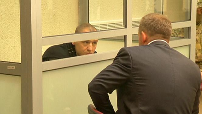 Eston Kohver avec un avocat lors de son procès à Pskov en Russie le 2 juin 2015. Image extraite d'une vidéo.