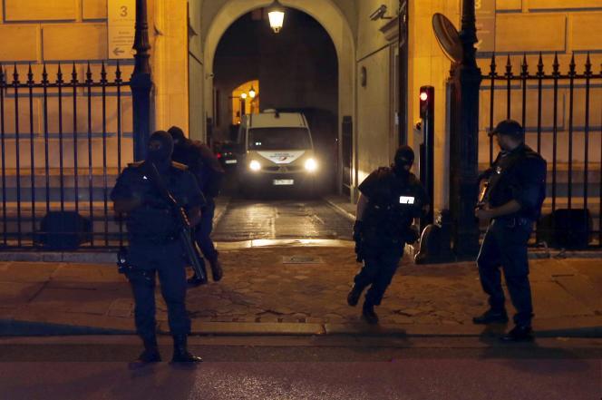 Une camionnette de police transportant Ayoub El-Khazzani, l'auteur présumé de l'attaque du Thalys, à sa sortie du palais de justice de Paris, le 26 août.