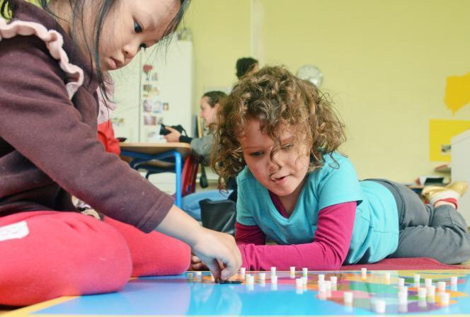 Le principe des écoles Montessori (ici, à Lyon): laisser chaque élève trouver son rythme etprogresser à sa façon.