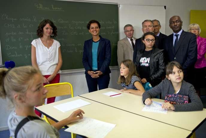 Najat Vallaud-Belkacem (au centre) en visite à l'école Jean Rostand au Cateau Cambrésis le 21 août 2015.