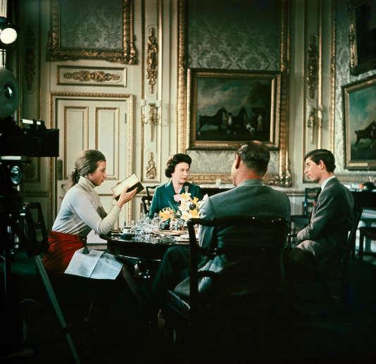 """La famille royale d'Angleterre au palais de Buckingham, en 1968, pendant le tournage de """"Royal Family""""."""