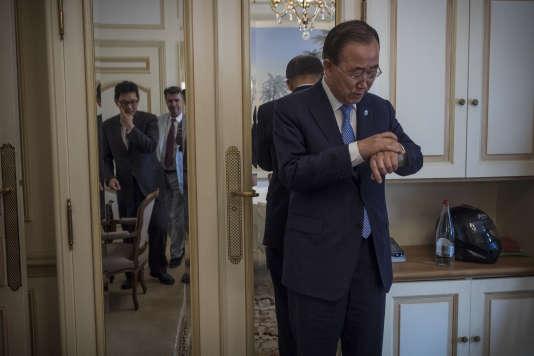 Le secrétaire général des Nations unies, M. Ban Ki Moon, regarde sa montre après son entretien avec des journalistes du journal Le Monde, le 25 août 2015 dans une suite d'un hôtel parisien.