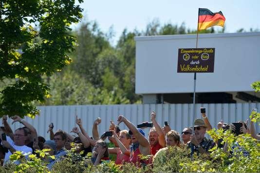 Quelque 200 personnes ont protesté, à l'appel de l'extrême droite, contre la venue de la chancelière allemande Angela Merkel dans un centre de réfugiés de Heidenau, dans la Saxe.