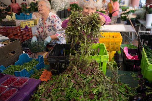Vendeuse de Mesclun, Estelle Pons (à droite) et sa mère au marché de Forville, samedi  22 août.