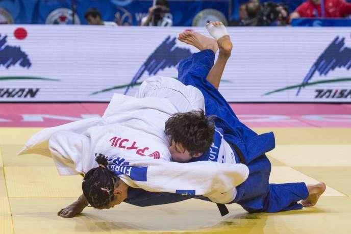 Annabelle Euranie (en blanc) lors de son combat contre la suisse Evelyne Tschopp aux championnats du monde de judo à Astana le 25 août 2015.
