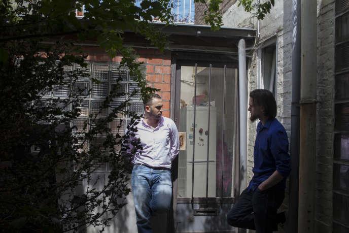 Dans la cour du centre De Weg Naar, Montasser Alde'emeh (à gauche), le 14 juin, en conversation avec Michaël
