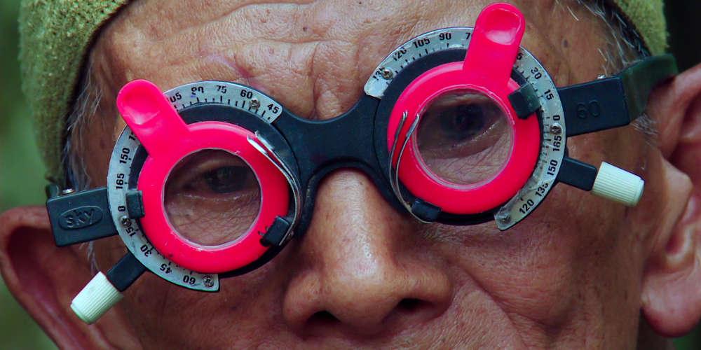 Entre 1965 et 1966, en pleine guerre froide, sous l'autorité du général Suharto, qui s'empare du pouvoir avec le soutien des principales puissances occidentales, environ un million de communistes, ou assimilés, sont massacrés en Indonésie, sans que jamais les bourreaux, parties prenantes jusqu'à aujourd'hui de l'appareil d'Etat, ne soient seulement inquiétés. De cette abomination redoublée, le cinéaste américain Joshua Oppenheimer avait tiré, en 2012, « The Act of Killing », un des documentaires les plus extraordinaires de l'histoire du genre, dans lequel il avait obtenu des criminels qu'ils acceptent de rejouer devant sa caméra le meurtre de leurs victimes. Résolument du côté des victimes,  « The Look of Silence », en est le nécessaire, et remarquable, pendant.