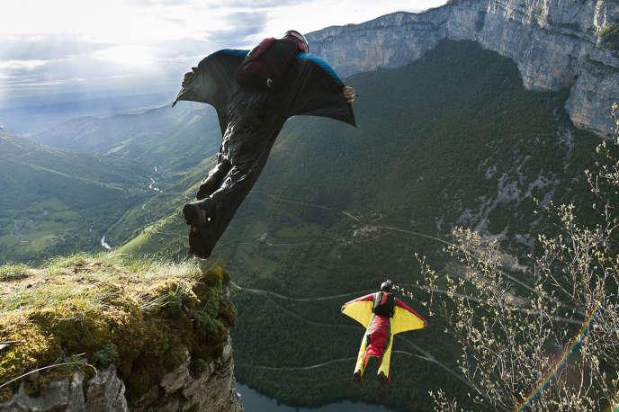 Des adeptes du wingsuit s'élancent de la falaise du Bournillon, dans le Vercors, en janvier 2014.