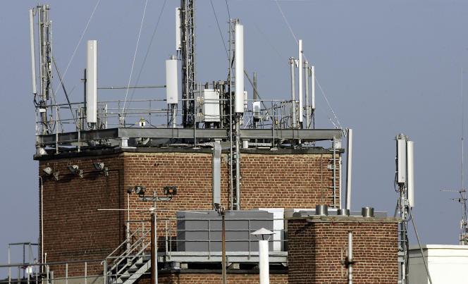 Antennes de téléphone portable installées sur un toit lillois.