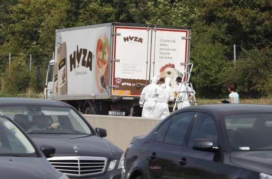 La police scientifique enquêtait après la découverte de migrants morts dans un camion arrêté au bord d'une autoroute autrichienne, jeudi 27 août.