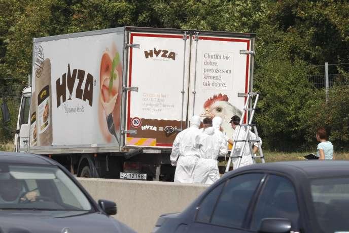 La police scientifique près du camionoù 71 personnes ont trouvé la mort, le 27 août 2015, àNeusiedl am See (Autriche).