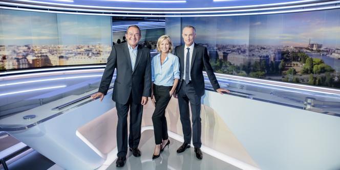 Jean-Pierre Pernaut, Claire Chazal et Gilles Bouleau, les trois présentateurs de TF1, dans le nouveau décor du journal télévisé.