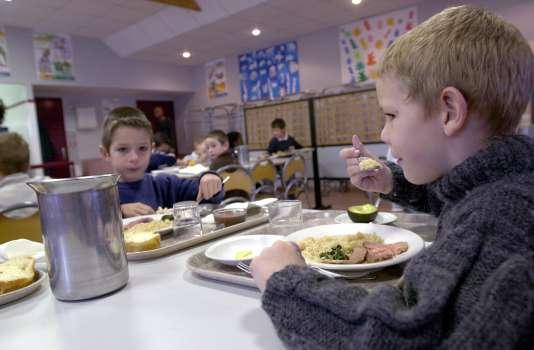 La restauration scolaire française concerne plus d'un éléve sur deux. Ainsi, plus de 6millions d'élèves mangent à la cantine. Ici, à l'école Henri-Brunet, à Caen (Calvados).