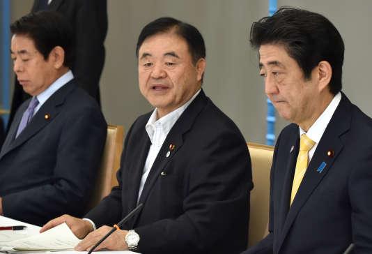Le ministre japonais responsable de l'organisation des Jeux olympiques, Toshiaki Endo (au centre), lors de la réunion ministérielle du 28août, à Tokyo, dans la résidence officielle du premier ministre Shinzo Abe (à droite), en présence du ministre de l'éducation Hakubun Shimomura.