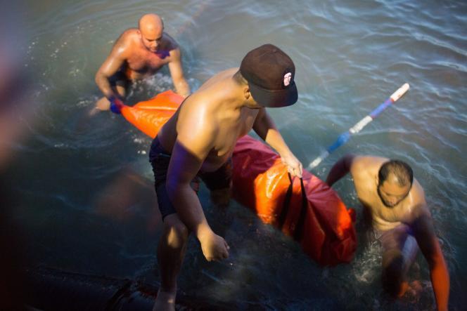 Des sauveteurs et des pêcheurs ramènent des corps à Zouara, récupérés après le naufrage d'un bateau au large de la Libye.