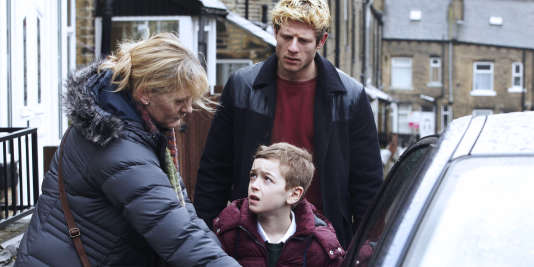 Catherine (Sarah Lancashire) conduit Ryan (Rhys Connah) dans la voiture, essayant de l'éloigner de Tommy (James Norton).