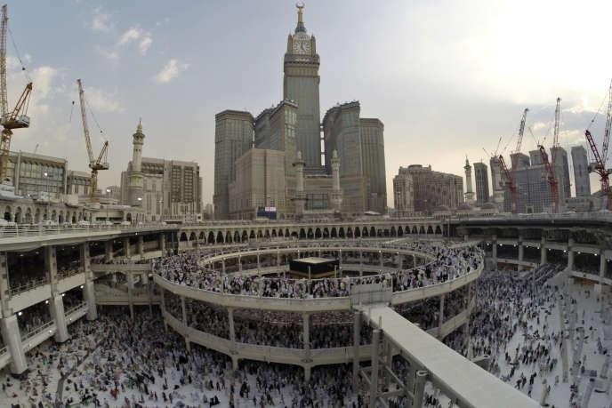 Pendant le hadj en octobre 2014, les pèlerins tournent autour de la Kaaba, dominée par le luxueux complexe résidentiel Makkah Clock Royal Tower.