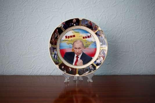 """Une assiette-souvenir ornée de photographies de Vladimir Poutine et de la phrase """"La Crimée est à nous!"""", à Kazan en Russie le 24 juillet 2015."""