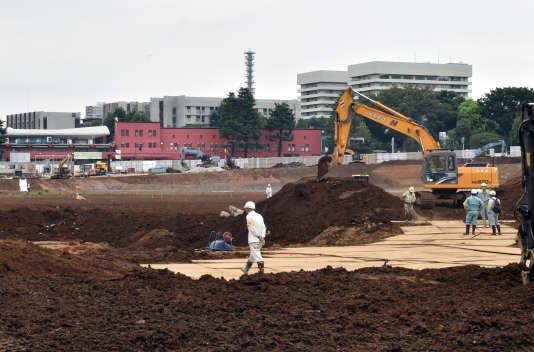 Les ouvriers travaillent sur le site du futur stade olympique de Tokyo 2020, jeudi 27août.