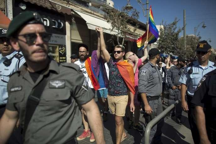 Le 14août, à Jérusalem, lors d'une marche organisée pour dénoncer l'homophobie, quinze jours après l'attaque de la Gay Pride de la Ville sainte.