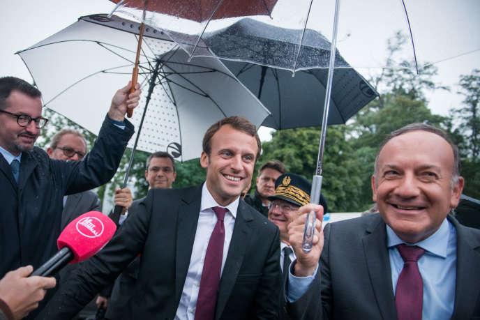 Pierre Gattaz et Emmanuel Macron lors de l'université d'été du Medef à Jouy-en-Josas le 27 août.