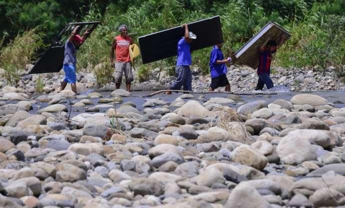 Des Colombiens traversent la frontière vénézuélienne le 27 août.