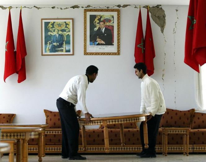 Un portrait du roi Mohammed VI (à droite) dans un bâtiment du gouvernement marocain.