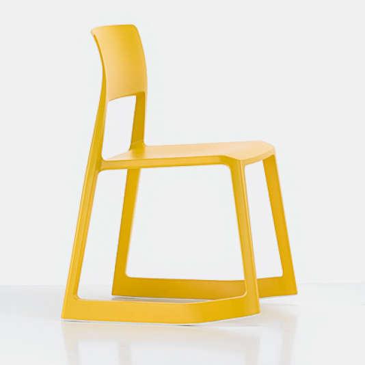 Barber & Osgerby propose la chaise à bascule Tip Ton.