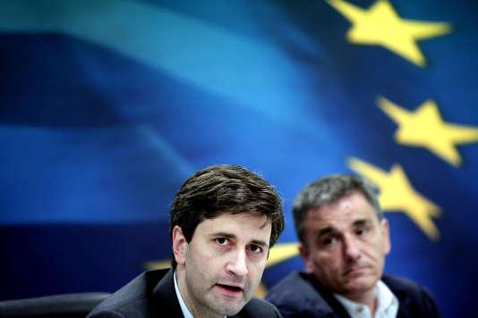 Le nouveau ministre grec des finances par intérim, George Chouliarakis, et son prédécesseur,  Euclide Tsakalotos, le 28 août, à Athènes.