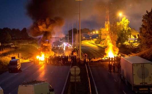 Autoroute bloquée par des gens du voyage, dans la nuit de vendredi à samedi.
