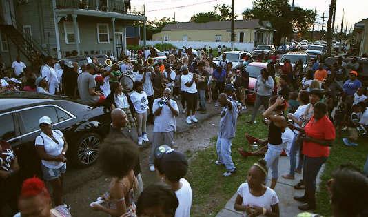 """Manifestation de funérailles spontanées après la nouvelle de la mort de """"Black Trumpet"""" Travis Hill le 4 mai, à Treme, Nouvelle-Orléans."""