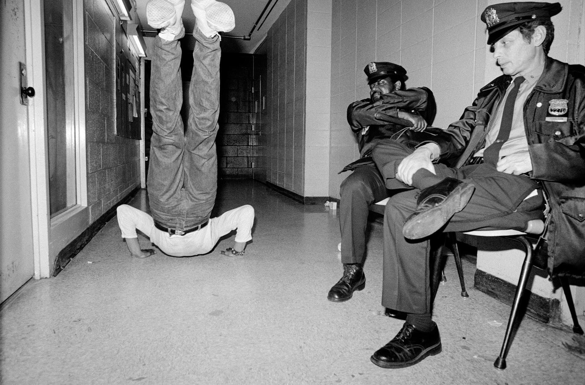 Un danseur s'échauffe devant les policiers chargés de maintenir l'ordre durant un spectacle au Bronx River Art Center, à New York.