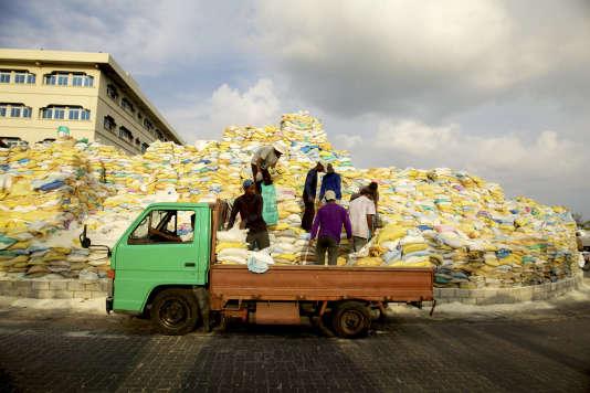 Aux Maldives, le sable est extrait à la main dans les iles pour alimenter la capitale Malé.