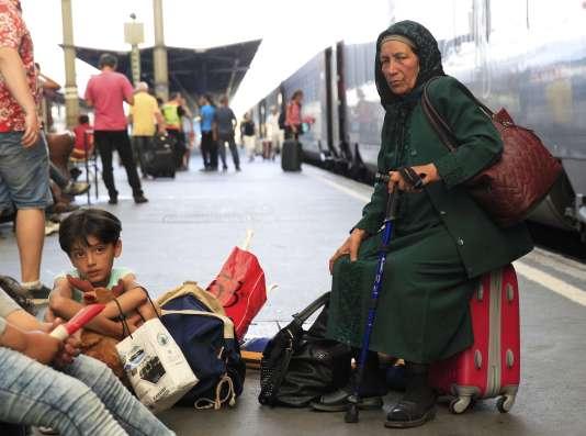 Des migrants attendent un train pour l'Autriche à la gare de Budapest.