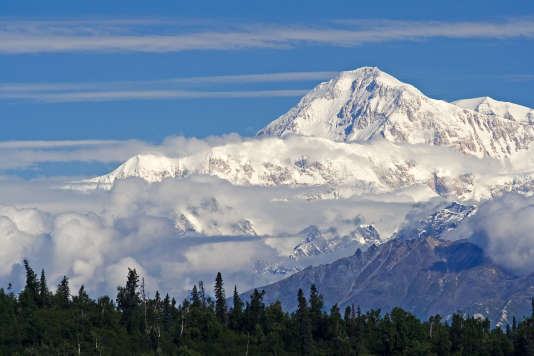 Le mont Denali, anciennement mont McKinley, par Nic McPhee (Flickr, licence Creative Commons).